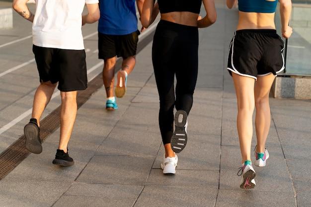 Close-up van mensen die samen rennen