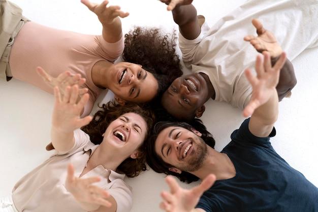 Close-up van mensen die samen sterker worden