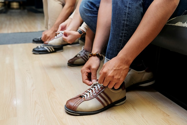 Close-up van mensen die schoenen dragen voordat ze bowlen in het uitgaanscentrum