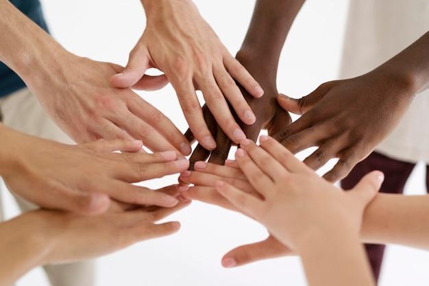 Close-up van mensen die verbinding maken via handen