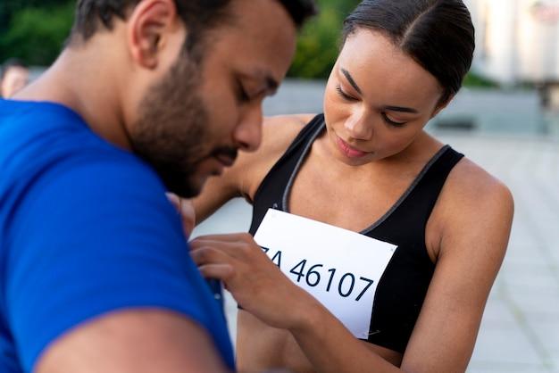 Close-up van mensen die wedstrijdnummers dragen
