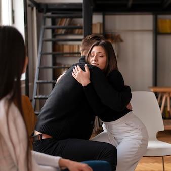 Close-up van mensen knuffelen tijdens therapie