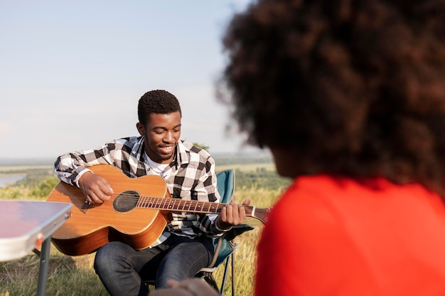 Close-up van mensen met gitaar in de natuur