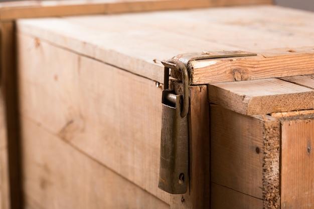 Close-up van metalen klink op oude houten kist