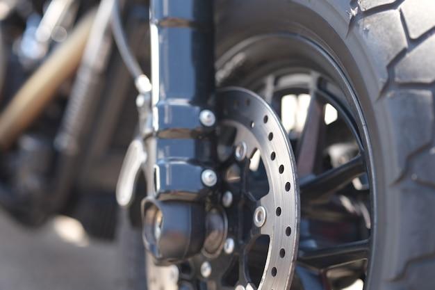Close-up van metalen remschijf op motorfietswiel
