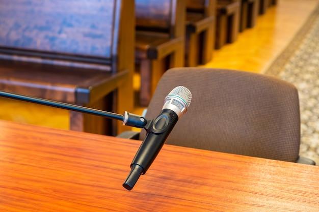 Close-up van microfoon in het gerechtsgebouw. justitiesysteem, getuigenverklaringen. niemand