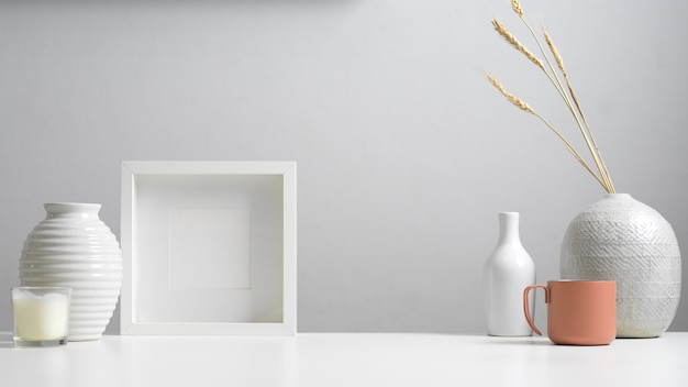 Close-up van minimaal huis interieur met kopie ruimte, mock up frame, vazen en decoraties in wit concept