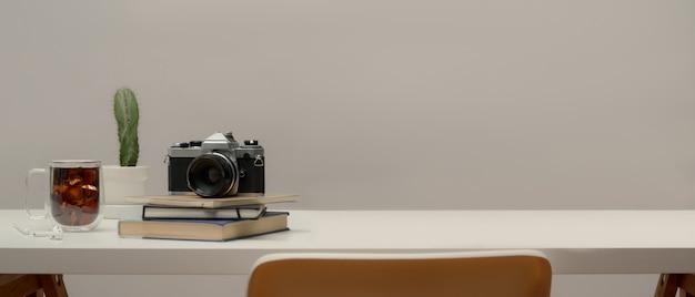 Close-up van minimale werktafel met camera en plant