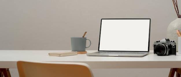 Close-up van minimale werktafel met laptop en decoraties
