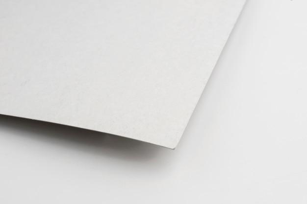 Close-up van minimalistisch blanco papiermateriaal