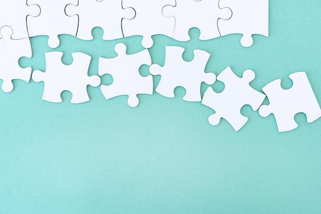 Close-up van mockup puzzel op blauwe achtergrond
