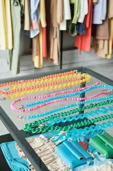 Close-up van modeaccessoires die op de etalage liggen voor verkoop in de kledingwinkel