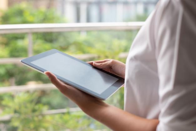 Close-up van moderne zakenvrouw werken met online gegevens