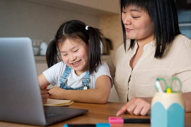 Close-up van moeder en kind aan het bureau