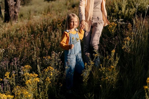Close-up van moeder en meisje hand in hand
