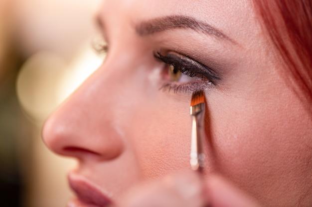 Close-up van mooi jong vrouwengezicht met schoonheidsmake-up