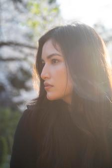 Close-up van mooie aziatische vrouw buitenshuis