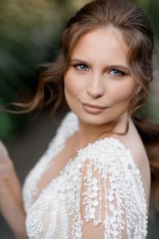 Close up van mooie bruid kijken naar de camera