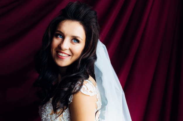 Close-up van mooie bruid op gordijnen achtergrond.