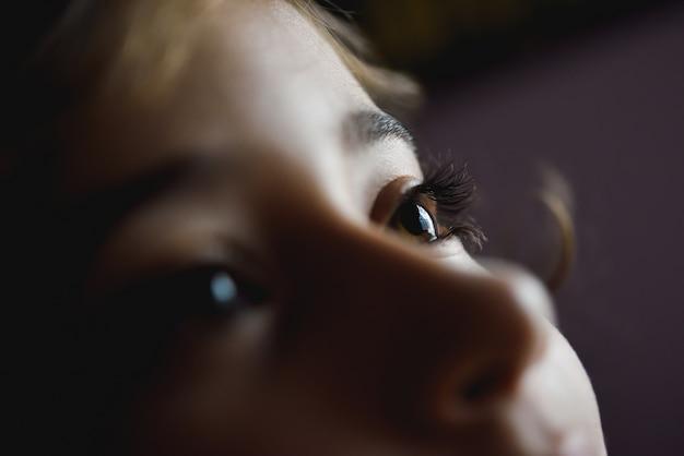 Close-up van mooie bruine ogen van het meisje