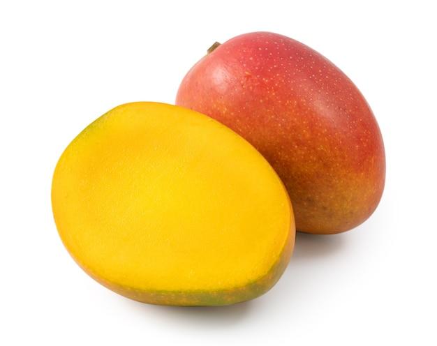 Close up van mooie heerlijke rijpe mango geïsoleerd op een witte tafel achtergrond, uitknippad uitgesneden.