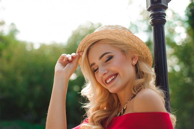 Close up van mooie jonge blonde vrouw in een hoed