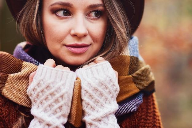 Close up van mooie jonge vrouw in warme kleren