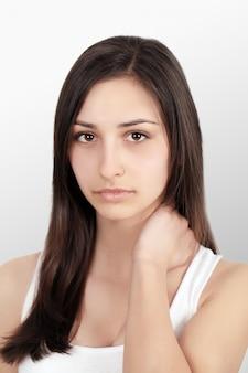 Close-up van mooie jonge vrouwelijke gevoel pijn nek