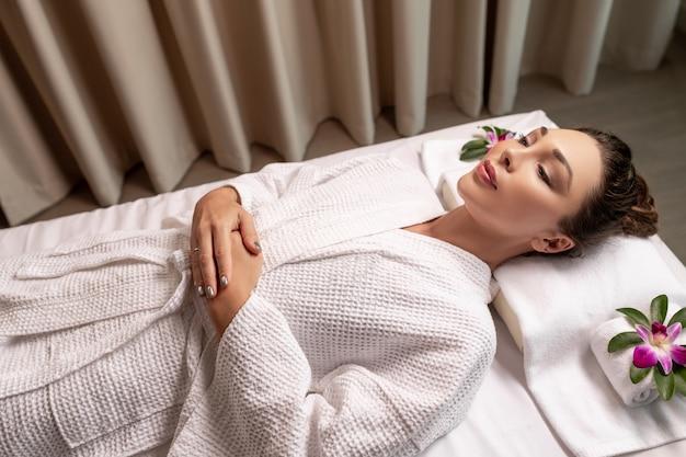 Close up van mooie, mooie vrouw liggend op een massagetafel