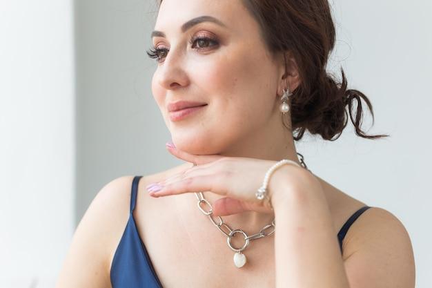 Close-up van mooie vrouw die armband draagt.