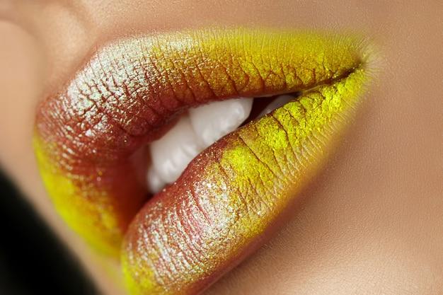 Close-up van mooie vrouw lippen met fashion make-up. open mond met witte tanden. cosmetologie, drogisterij of mode-make-up concept. schoonheid gepassioneerde kus