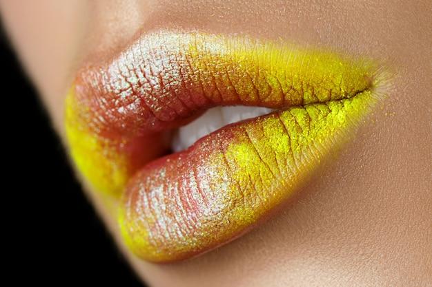 Close-up van mooie vrouw lippen met fashion make-up. open mond met witte tanden. cosmetologie, drogisterij of mode-make-up concept.