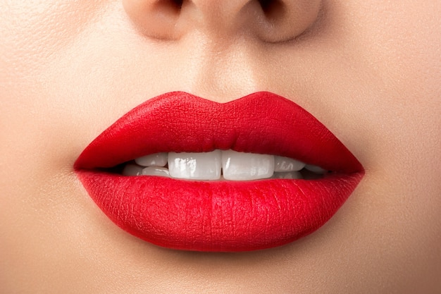 Close-up van mooie vrouw lippen met rode matte lippenstift