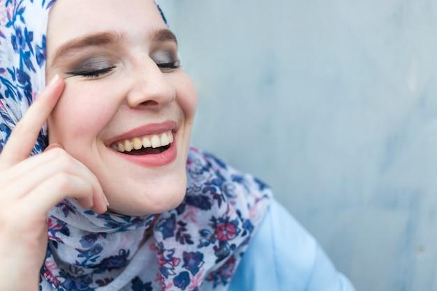 Close-up van mooie vrouw met hijab