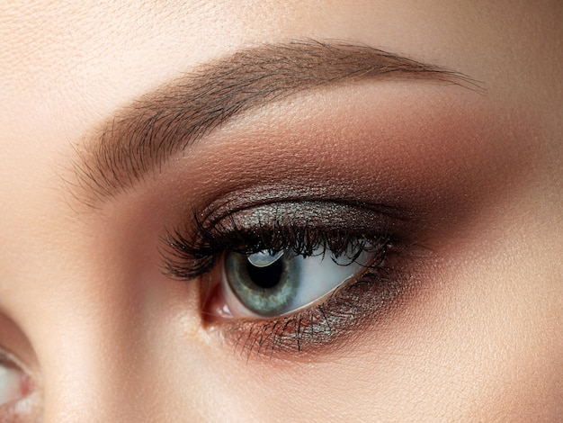 Close up van mooie vrouw oog met veelkleurige smokey eyes make-up.
