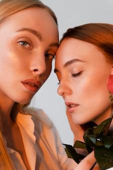Close-up van mooie vrouwen met roos