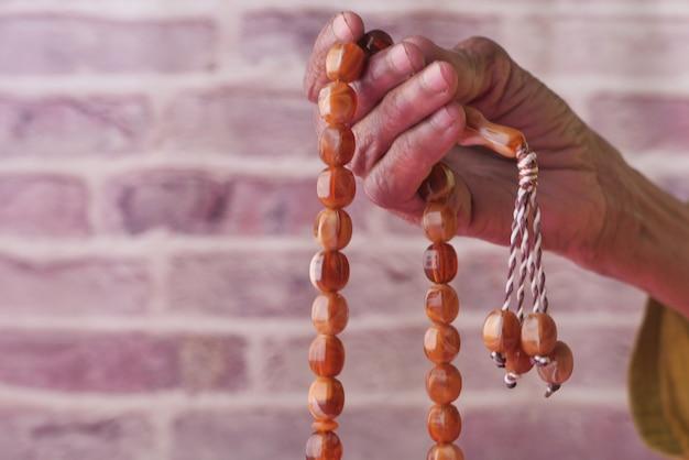 Close up van moslimvrouwen hand bidden.