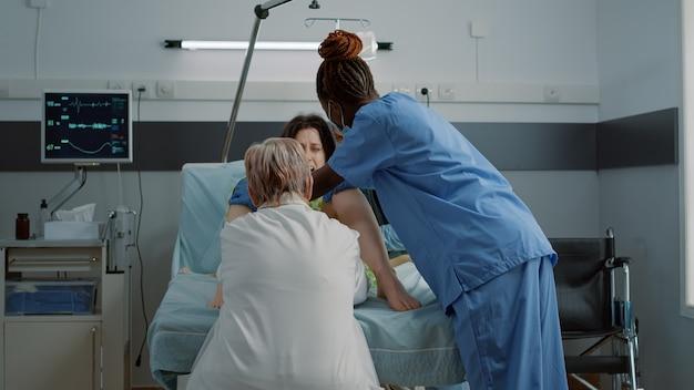 Close up van multi-etnisch medisch team dat bevalling helpt