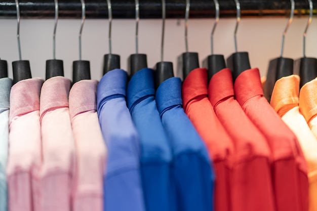 Close up van multi gekleurde shirts op hangers