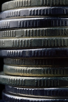 Close-up van munten stapel geïsoleerd op zwarte achtergrond