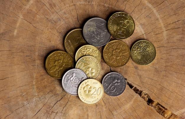 Close up van munten uit aziatische landen op oud hout