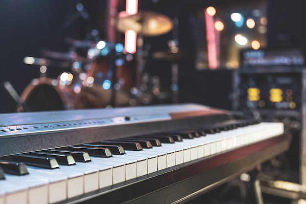 Close-up van muzikale sleutels binnenshuis met mooie verlichting.