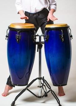 Close up van muzikant hand spelen bongo's drums. trommel. handen van een muzikant die op waterpijpen speelt. artiesten spelen bongo drums.