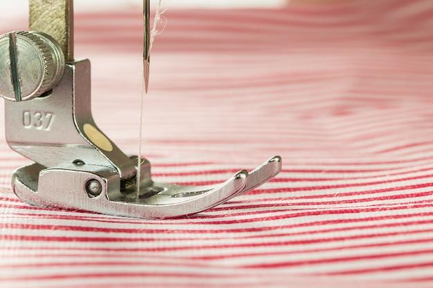 Close-up van naaimachine en stof
