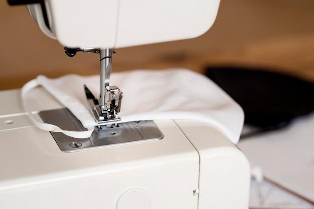 Close-up van naaimachines met gezichtsmasker