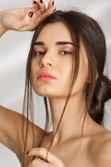Close-up van naakte vrouw na kuuroordprocedures, die recht kijken.