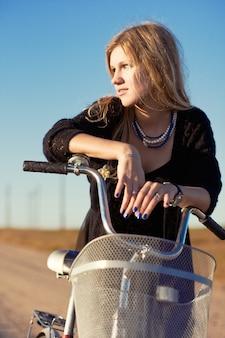 Close-up van nadenkend tiener met haar fiets