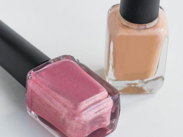 Close-up van nagellak die op witte achtergrond wordt geïsoleerd