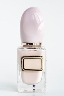 Close-up van nagellak op witte achtergrond wordt geïsoleerd die