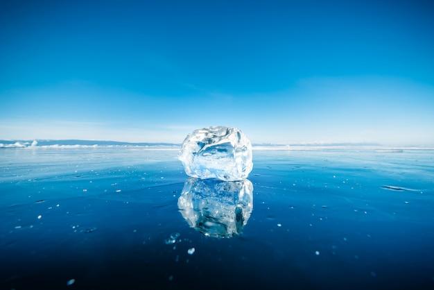 Close-up van natuurlijk brekend ijs in bevroren water op meer baikal, siberië, rusland.